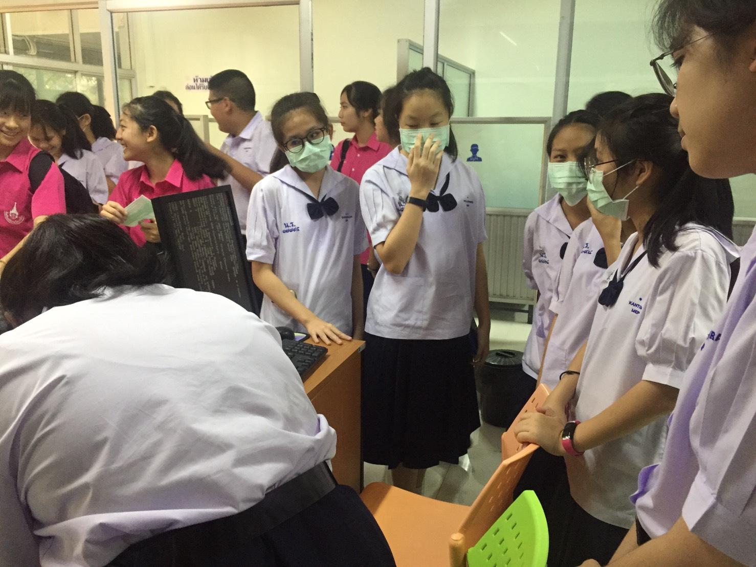 งานอนามัย โรงเรียนมัธยมวัดนายโรง แจกจ่ายหน้ากาก N95 เพื่อป้องกันฝุ่นละออง PM 2.5 แก่นักเรียน ครูและบุคลากรทุกคน